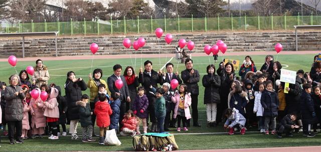 14일 정월대보름 맞이 어린이 연 날리기 한마당에서 박승원 광명시장과 어린이 및 시민들이 기념촬영을 하고 있다. (사진 = 광명시)
