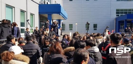 성남지원에 모인 이재명 경기지사 측 지지자와 일부 시민들. (사진 = 김병관 기자)