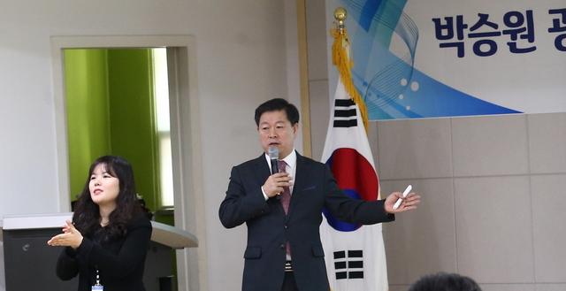14일 2019 동 방문 인사 및 시민과의 대화에서 박승원 광명시장이 프레젠테이션으로 주요정책을 설명하고 있다. (사진 = 광명시)