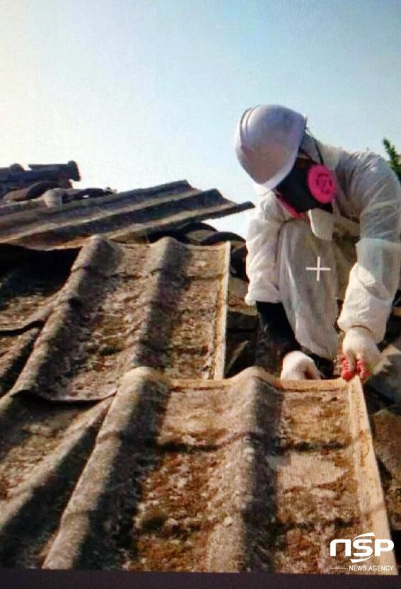 장흥군 슬레이트 지붕 철거작업. (사진 = 장흥군)