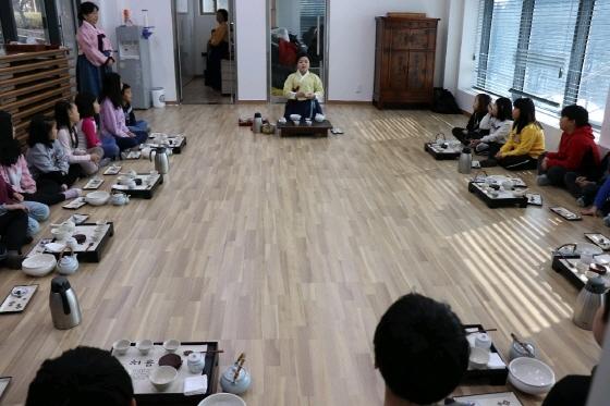 안양시가 마련한 전통예절을 배우는 자리에서 초등학생들이 전통 다례를 배우고 있다. (사진 = 안양시)