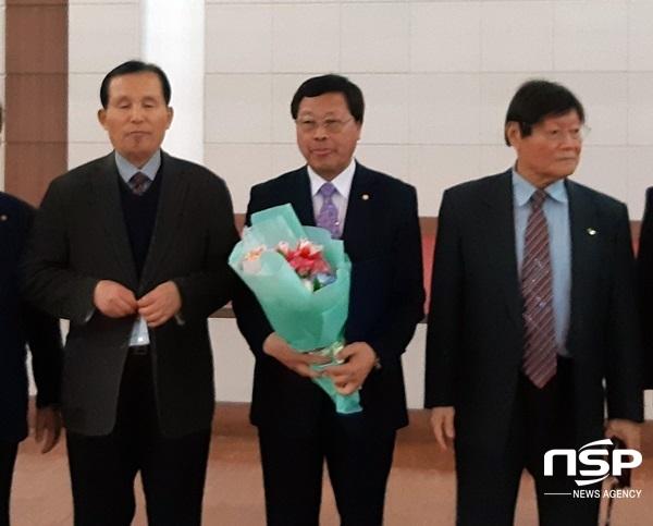 고영천 제14대 장흥문화원장 당선자(사진 가운데). (사진 = 장흥군)