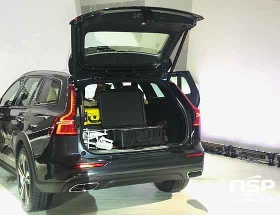 볼보 신형 크로스컨트리의 트렁크 공간 (사진 = 정효경 기자)