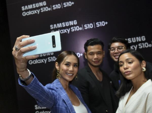 지난 1일(현지시간) 말레이시아 겐팅 하이랜즈의 대형 쇼핑몰 스카이 애비뉴(Sky Avenue)에서 미디어, 소비자 등 300여 명을 대상으로 진행된 갤럭시 S10 출시 행사에서 참석자들이 제품을 체험하고 있다.