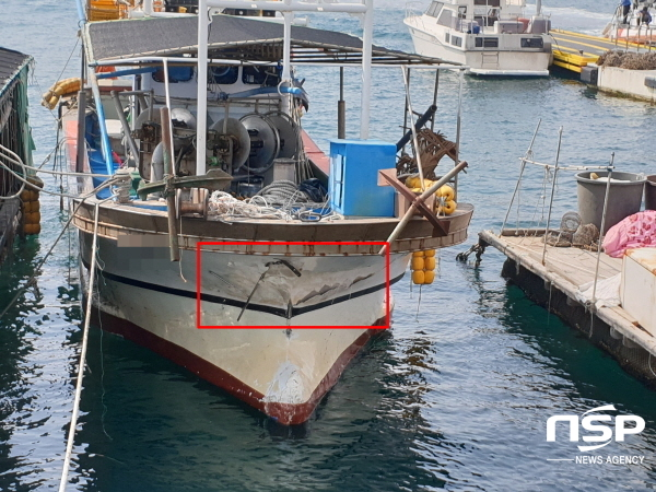 어획물 운반선과 충돌한 자망어선 M호의 파손부위 (사진 = 여수해경)