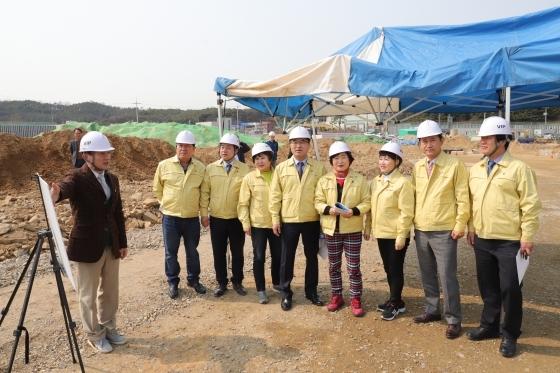 19일 진위3 일반산업단지 현장을 방문한 평택시의회 산업건설위원들이 사업 추진 현황을 보고받고 있다. (사진 = 평택시의회)