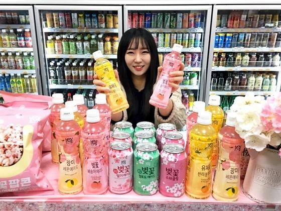 GS25의 벚꽃 시즌한정음료들. (사진 = GS리테일)