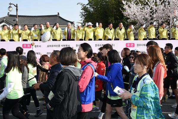 지난 6일 주낙영 경주시장과 관계자들이 경주벚꽃마라톤대회 출발 카운트다운을 하고 있다.