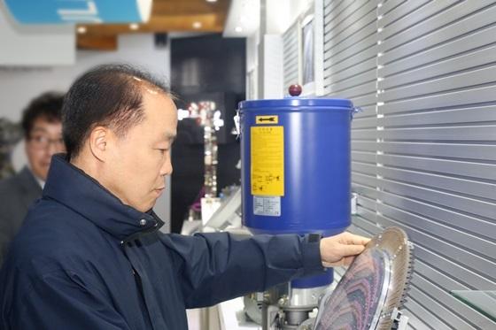 조봉환 소진공 이사장이 서울 영등포구에 위치한 문래 기계·금속 소공인특화지원센터에 방문해 제품을 살펴보고 있다. (사진 = 소진공)