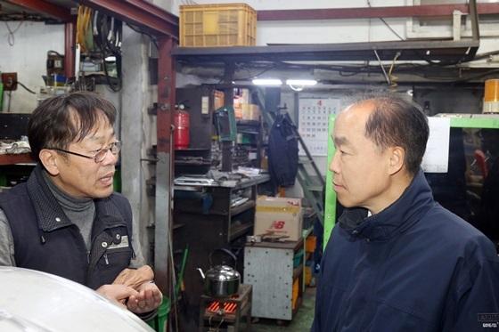 조봉환 이사장(오른쪽)이 서울 문래 기계·금속 집적지구에 위치한 씨엔에스 이수민 대표(왼쪽)를 만나 현장애로를 청취하고 있다. (사진 = 소진공)