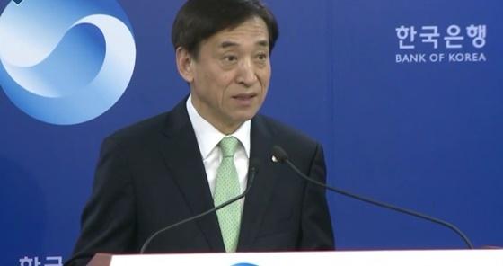 18일 금융통화위원회 이후 기자간담회에서 이주열 한국은행 총재가 기자들의 질문에 답하고 있다.