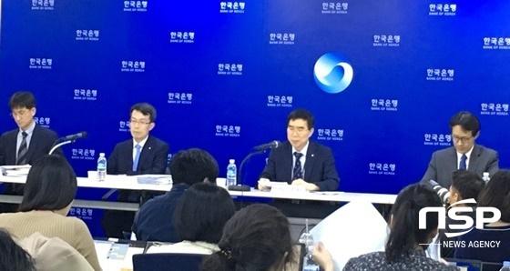 정규일 한은 부총재보(왼쪽에서 세번째)와 관계자들이 18일 서울 한은 본부에서 경제 성장률 전망에 대해 설명하고 있다.