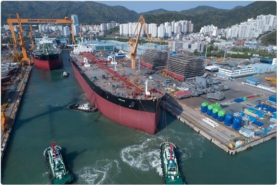 지난 20일 대우조선해양 1도크에서 건조중인 VLCC 4척 중 2척이 진수되고 있다. (사진 = 대우조선해양)