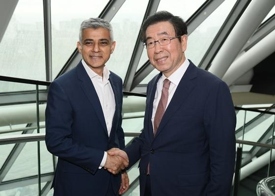 (왼쪽부터) 사디크 칸(Sadiq Khan) 런던시장과 박원순 서울시장이 만나 악수를 하고 있다. (사진 = 서울시)