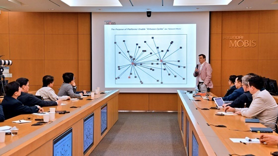 현대모비스 용인 기술연구소에서 지난 3일 개최된 MIT 기술컨퍼런스에서 마이클 슈라지(Prof. Michael Schrage) MIT 슬로언 대학(경영대)교수가 현대모비스 경영층을 대상으로 차세대 IT 주제의 강연을 펼치고 있다. (사진 = 현대모비스)