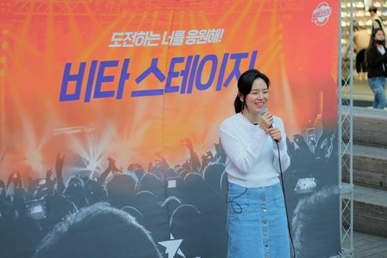 서울 신촌 연세로에서 열린 광동제약 비타500 비타 버스킹 무대에서 이민정이 노래하고 있다. (사진 = 광동제약)