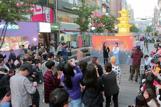 서울 신촌 연세로에서 열린 광동제약 비타500 비타 버스킹 관람객이 이민정의 공연을 감상하고 있다. (사진 = 광동제약)