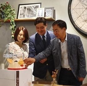 BIJIN医院代表Yoon-Seok Youm院长(中间)和经营团队在松坡店开业典礼的纪念照 (사진 = BIJIN医院)