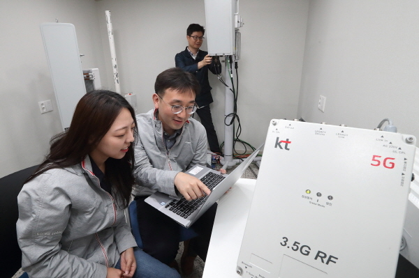 KT 연구원들이 서초구 우면동에 위치한 융합기술원에서 3.5GHz 주파수대역 5G RF 중계기 테스트를 진행하고 있다.
