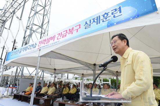 전력설비 테러화재대응 실제훈련에 참가중인 김종갑 사장 (사진 = 한국전력 제공)
