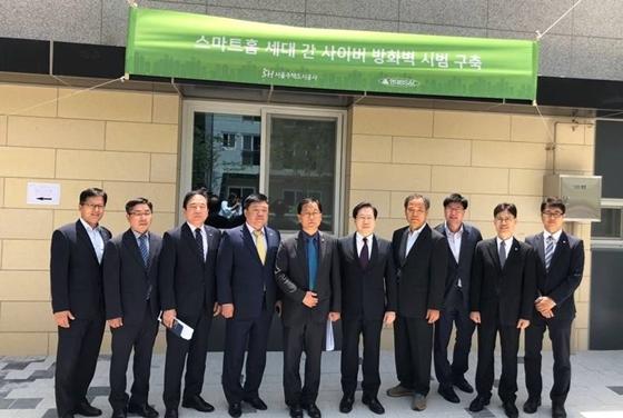노영주 현대BS&C 대표이사(왼쪽 네번째), 김세용 SH공사 사장(왼쪽 여섯번째) (사진 = 현대BS&C)