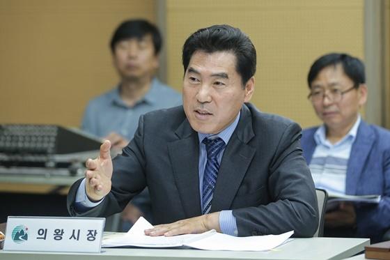 12일 김상돈 시장이 경기중부권행정협의회 회의에 참석해 주요 안건을 논의하고 있다. (사진 = 의왕시)