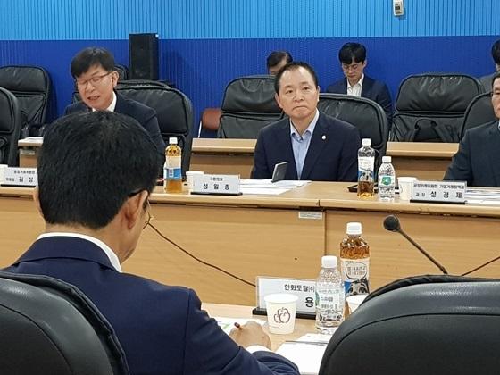 성일종 자유한국당 국회의원(가운데)이 석유화학업체 6개사 임원들과 상생협력 간담회를 게최하고 있다. (사진 = 성일종 의원실)