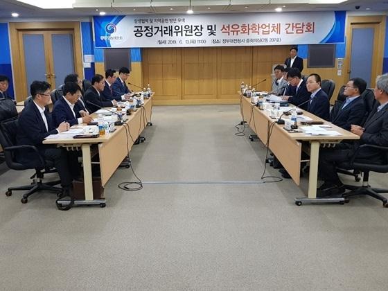 성일종 자유한국당 국회의원과 석유화학업체 6개사 임원들의 상생협력 간담회 모습 (사진 = 성일종 의원실)