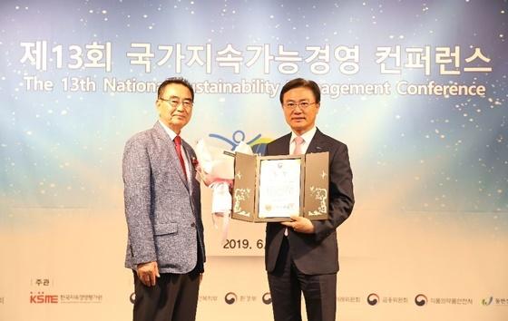 김영표 신한저축은행 대표와(오른쪽) 성대석 한국언론인협회 회장(왼쪽)이 시상식 후 기념촬영을 하고있다. (사진 = 신한저축은행)