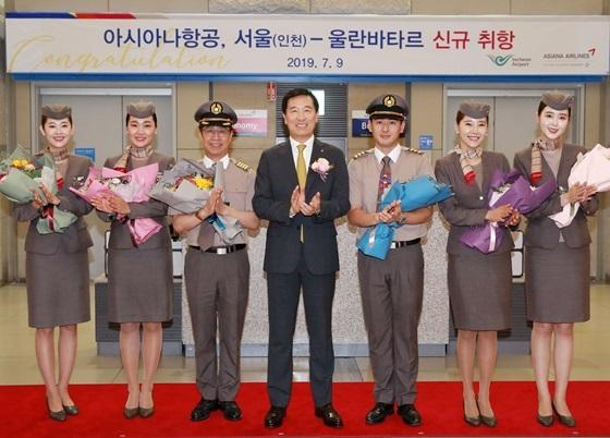 9일 인천국제공항 제1여객터미널에서 열린 아시아나항공 울란바타르 취항식에 참석한 한창수 아시아나항공 사장(가운데)과 임직원들이 기념촬영을 하고 있다. (사진 = 아시아나항공)