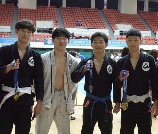 (왼쪽부터)김현태, 김정철,김진우,전중현 등 입상들이 사진 촬영을 하고 있다.