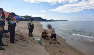 [NSP PHOTO]동해해경, 불법도구 이용해 조개 잡은 60대 2명 검거