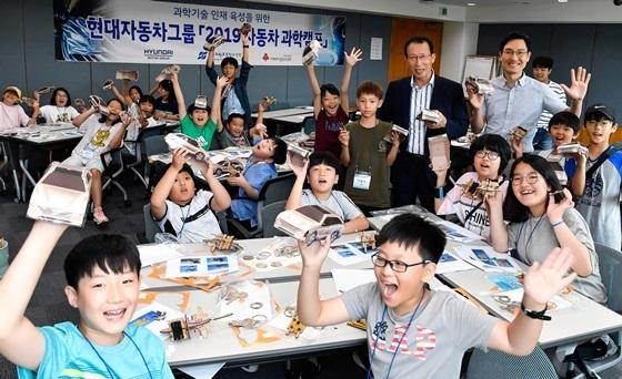 2019년 현대자동차 과학캠프 참가 학생들이 체험 교육 중 환하게 웃고 있는 모습 (사진 = 현대차)