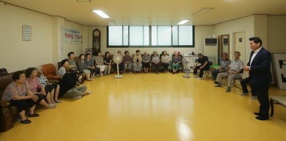 14일 김상돈 의왕시장(오른쪽 첫번째)이 제9차 현장 행정의 날을 맞아 시 관계자들과 관내 경로당을 방문해 시설을 점검하는 가운데 어르신들의 불편사항을 체크하고 있다. (사진 = 의왕시)