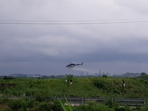 지난 7월 실시한 제1차 항공방제 모습. (사진 = 부천시)