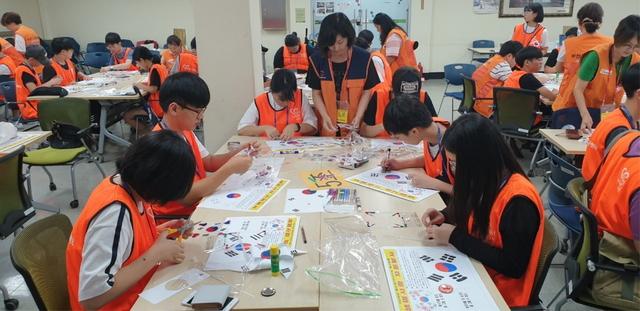 청소년 자원봉사자들이 태극기 바로알기 캠페인을 위한 피켓을 만들고 있다. (사진 = 부천시)