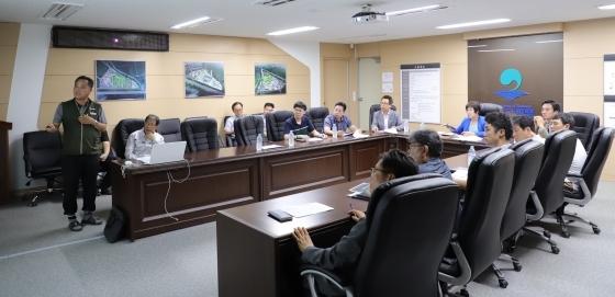 14일 평택시의원들이 평택에코센터 조성사업 현장을 방문해 재생에너지 기술 현황을 보고받고 있다. (사진 = 평택시의회)