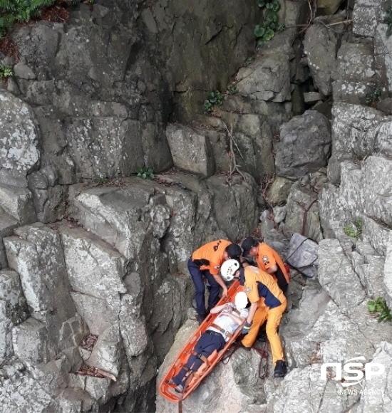 여수소방서 구조대가 오동도 절벽에서 추락한 남성을 구조바스켓을 이용 구조하고 있다. (사진 = 여수소방서)