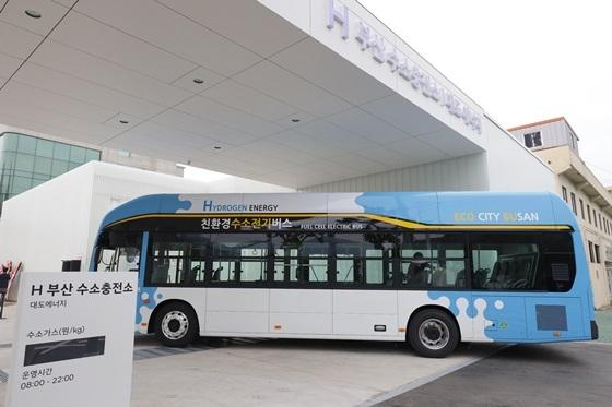 사진은 H 부산 수소충전소와 현대자동차의 신형 수소전기버스 (사진 = 현대차)