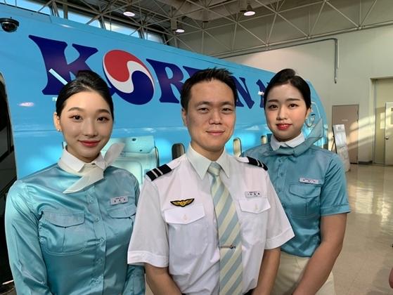 (왼쪽부터) 응급조치로 항공기 기내에서 일본어린리 승객의 생명을 구한 대항항공 김은진 승무원, 이창현 사무장, 하승이 승무원 (사진 = 대한항공)