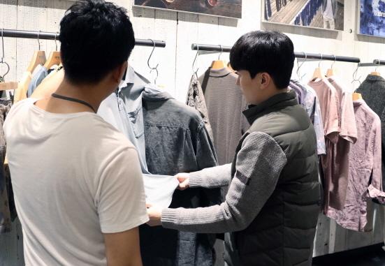 남성 캐주얼 매장 (사진 = 신세계백화점 제공)