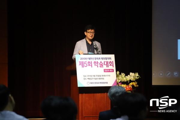 전문의 세션에서 김문철 에스포항병원 대표병원장이 지역 뇌졸중센터의 가치와 역할을 주제로 발표하고 있다. (사진 = 에스포항병원)