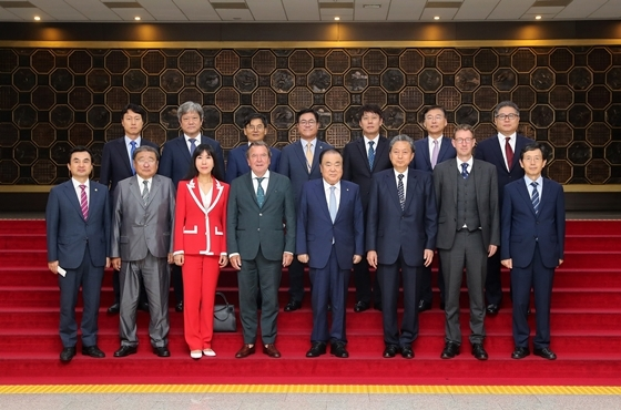 문희상 국회의장이 방한한 게르하르트 슈뢰더(Gerhard SCHRÖDER) 독일 전 총리, 하토야마 유키오(Hatoyama Yukio) 일본 전 총리, 오치르바트 푼살마긴(OCHIRBAT Punsalmaagiin) 몽골 초대 대통령 등과 기념사진을 찍고있다. (사진 = 국회 대변인실)