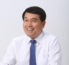 [포토]박성일 완주군수, 신규직원들에게 추석 책 선물