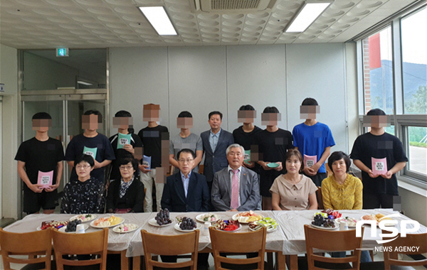 법무보호위원회 전남동부지소협의회 박남균 회장 및 임원들이 위기청소년을 격려하고 위문했다. (사진 = 청소년교육센터)