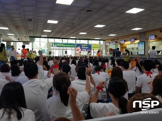 국립암센터 노조원들이 병원 로비에서 파업 집회를 진행 중이다. (사진 = 강은태 기자)
