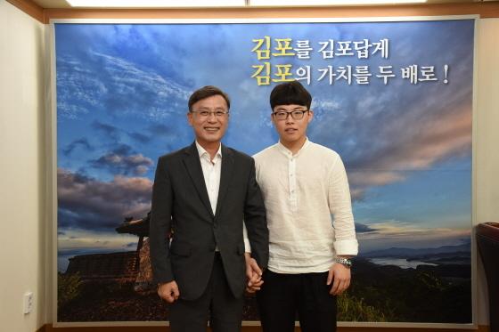 정하영 김포시장(왼쪽)이 국제기능올림픽 수상자인 김한권 씨를 집무실로 초청해 격려하는 가운데 축하 기념촬영을 하고 있다. (사진 = 김포시)