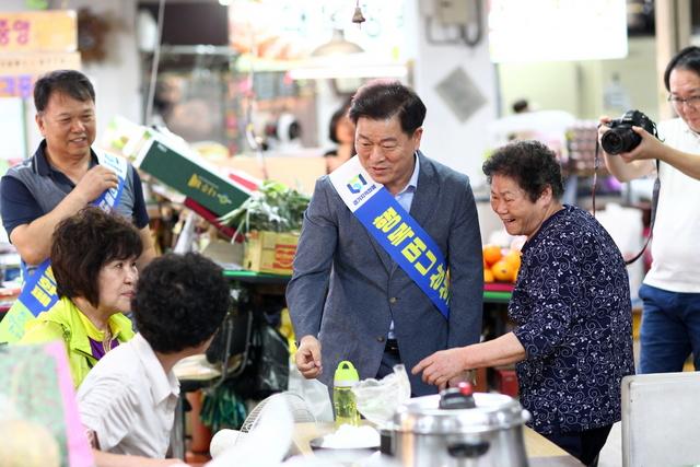 11일 박승원 광명시장이 추석을 앞두고 시장을 방문해 민심을 살피고 광명사랑화폐 홍보 활동을 펼쳤다. (사진 = 광명시)