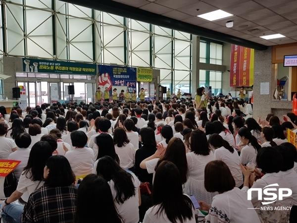 국립암센터 본관 병동 로비에서 노조원들이 파업을 진행하고 있다. (사진 = 강은태 기자)