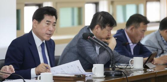 17일 김상돈 의왕시장(왼쪽 첫번째)이 공약 및 지시사항·주요 투자사업 추진상황 보고회를 진행하고 있다. (사진 = 의왕시)